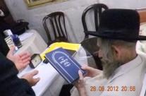"""מרן הגראי""""ל שטיינמן מעיין בספר בני אמונים"""