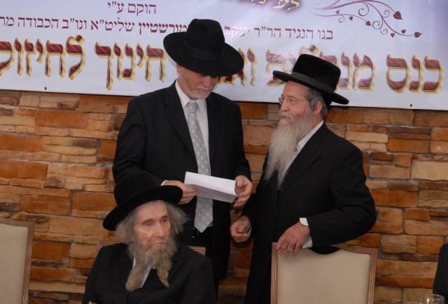 הגאון רבי אברהם אליהו וואזנר מוסר את המכתב לנגיד הר''ר יעקב דב מרמורשטיין