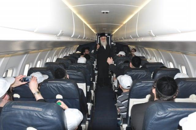 הגאן רבי אהרן צבי מרמורשטיין נושא דברים במטוס